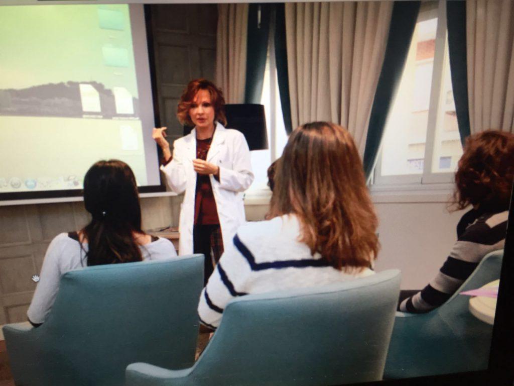 Dra.-Bayton-en-primer-curso-celulitis-a-pacientes
