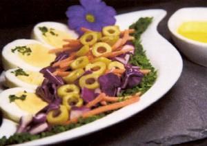 Ensalada de col, zanahoria y aceitunas
