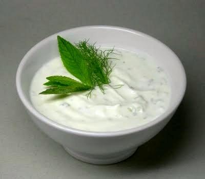 salsa de aliño de yogur y salmón