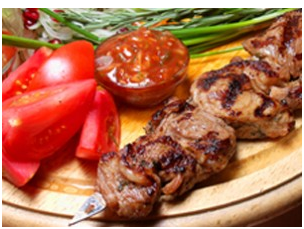 Ensalada de tomates cherry con mozzarella y brochetas de cordero con verduras