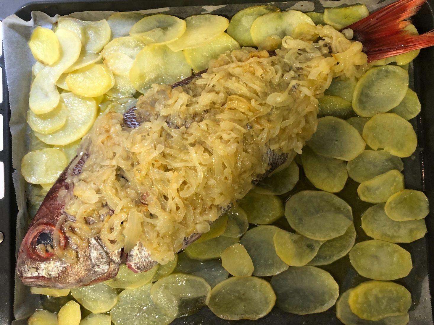 Besugo al Horno con patatas y cebolla